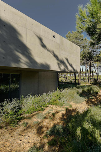 guedes-cruz-arquitectos-wall-house-08