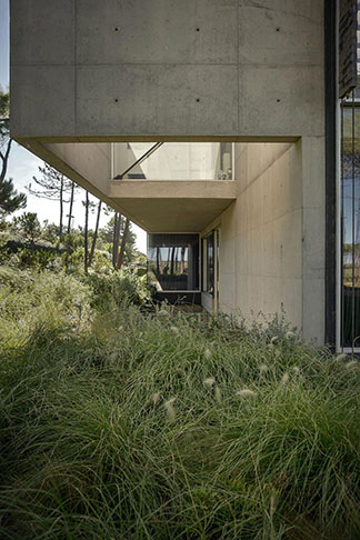 guedes-cruz-arquitectos-wall-house-09